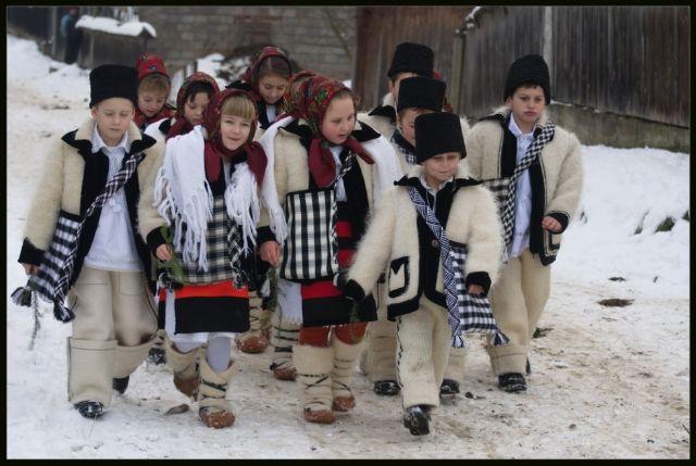 Tradițiile românești de Crăciun ne umplu inima de bucurie