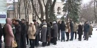 În Republica Moldova, alegătorii stau la coadă să voteze