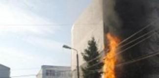 Şapte canistre cu benzină au explodat în faţa locuinţei unui fost ministru grec