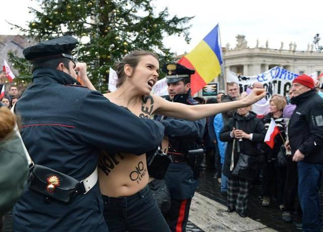 Activistele Femen s-au dezbrăcat în fața Papei