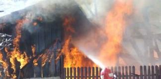Trei case din sectorul 3 al Capitalei au fost distruse într-un incendiu