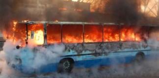Un autobuz plin cu navetişti a fost cuprins de flăcări