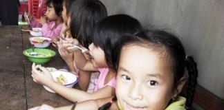 Doi lei pentru mâncarea unui copil instituţionalizat