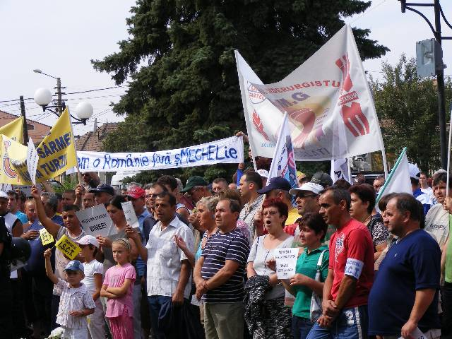 Peste 300 de oameni protestează la Mechel