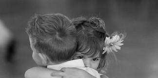 Îmbrăţişările ne înfrumuseţează viaţa