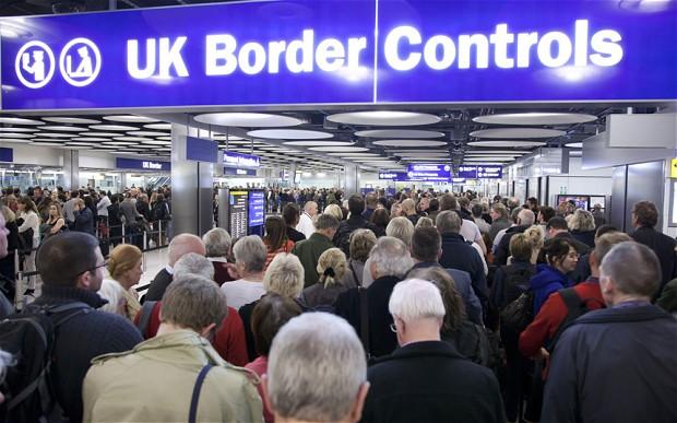Restricţiile de pe piaţa muncii pentru români vor fi ridicate de britanici de la 1 ianuarie 2014