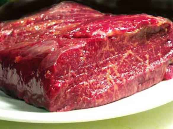 Activitatea depozitului care a comercializat carne de cal sub etichetă de carne de vită, interzisă