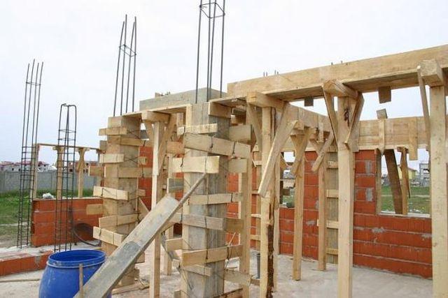 Sectorul constructiilor își accentuează scăderea