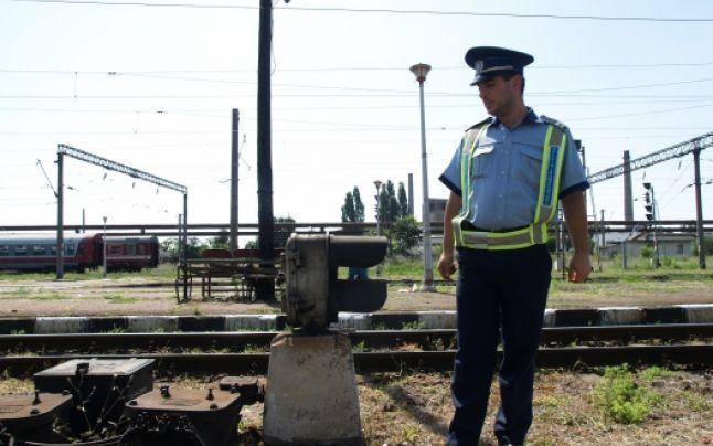 Doi tineri au fost prinși furând zece metri de cale ferată