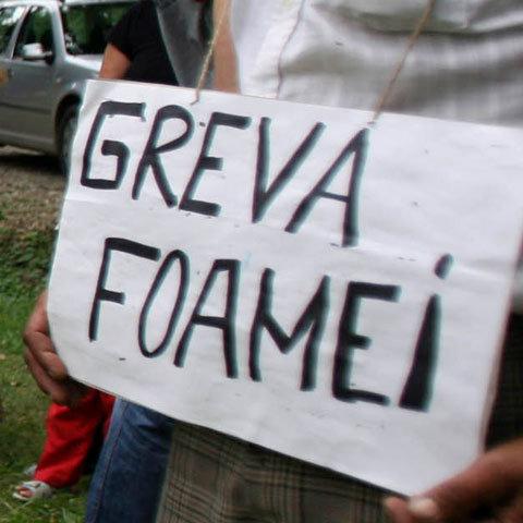 Zeci de angajaţi ai Unităţii de Cazare Cantine Rovinari, în greva foamei