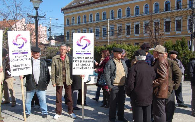 Aproximativ 200 de salariaţi protestează faţă de măsurile de reorganizare de la Hidroelectrica
