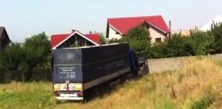 Un TIR cu 50 de tone de produs petrolier furat, depistat pe un câmp