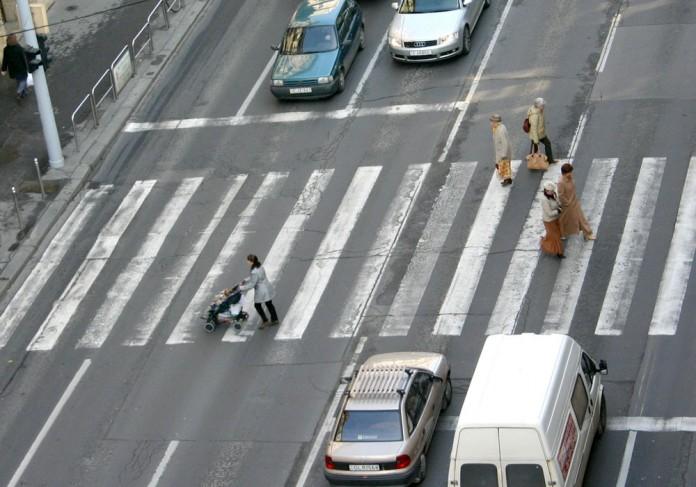 Peste 23.000 de pietoni sancţionaţi pentru traversarea străzii prin loc nepermis