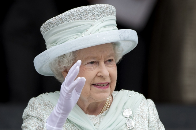 Regina Elizabeth a II-a a Marii Britanii sărbătoreşte