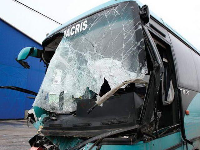Un mort și cinci răniți într-un accident în care a fost implicat un autobuz