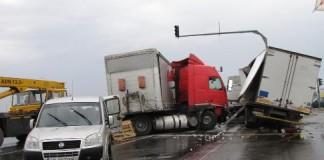 Vâlcea: DN 7, blocat în urma unui accident în care au fost implicate două TIR-uri