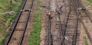 Un poliţist şi un angajat CFR, reţinuţi după ce au furat componente de cale ferată