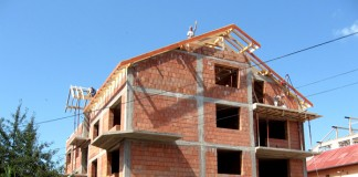 Autorizațiile de construire eliberate indică o stagnare a sectorului rezidențial în primele trei luni