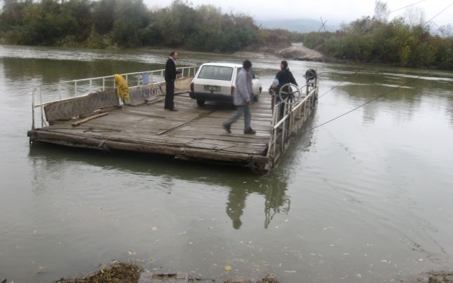 Şofer dispărut în apele Mureşului: Mașina s-a răsturnat de pe un pod plutitor