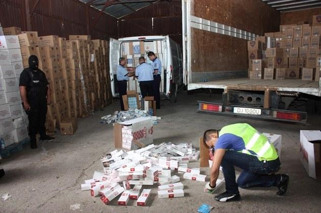 1,4 tone produs petrolier şi 3.000 ţigarete, reţinute de inspectorii vamali