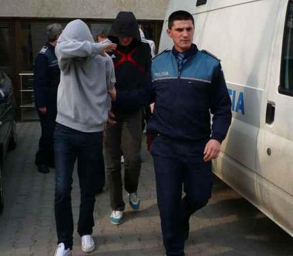 Patru tineri, arestați pentru comiterea mai multor tâlhării