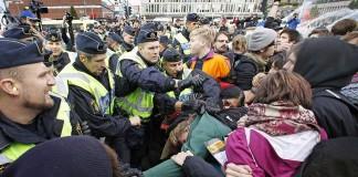 Revolte la Stockholm după ce poliţia a împuşcat mortal o persoană