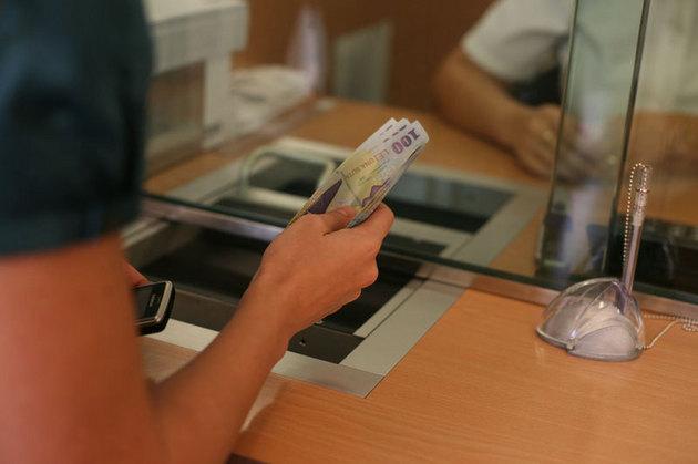 Valoarea depozitelor din sistemul bancar a scăzut, în primul trimestru al acestui an, cu peste 11 miliarde de lei, arată ultimele date ale Fondului de Garantare