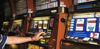Secretarul unei şcoli, cercetat pentru delapidare după ce a pierdut salariile profesorilor la jocurile de noroc