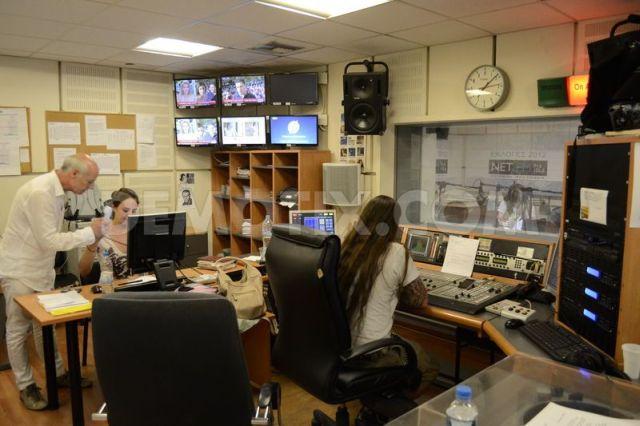 """Radioteleviziunea publică elenă a început să emită din nou miercuri dimineaţă, pe ecranele televizoarelor fiind afişat un semnal de test, la aproape o lună după ce guvernul a închis subit ERT din cauza reducerilor bugetare impuse, informează AFP. """"Este vorba de o fază de tranziţie. Foarte curând, o nouă televiziune publică îşi va transmite programele"""", a declarat pentru postul privat Mega Pantelis Kapsis ministrul adjunct responsabil cu televiziunea publică. Guvernul intenţionează să transmită un program temporar până când va fi lansată o nouă companie de radiodifuziune publică, cu personal nou. Noua companie va succeda ERT și cel mai probabil va fi lansată până în toamna acestui an. Antonis Samaris, premierul grec, a închis brusc, în data de 11 iunie, radioteleviziunea publică ERT, motivând o proastă gestiune a acesteia. C.I."""