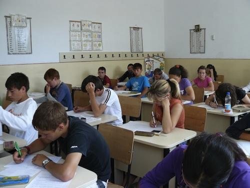 Elevii claselor a VIII-a susţin evaluarea naţională la proba de limba română