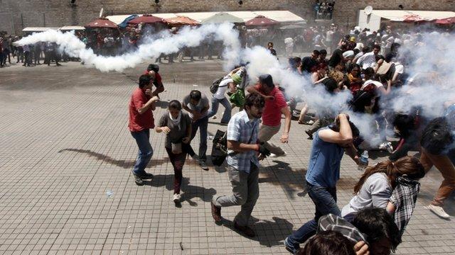 PROTESTE ÎN TURCIA: Gaze lacrimogene şi tunuri cu apă, pentru a dispersa manifestanţi, la Ankara