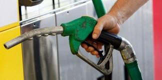 Consumul din primele patru luni, tras în jos de vânzările de carburanți