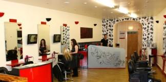 Serviciile agențiilor de turism și ale saloanelor de frumusețe, tot mai puțin căutate de români