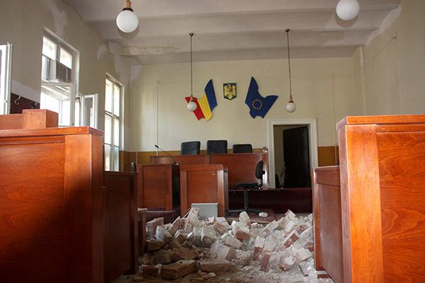 Satu Mare: Tavanul Tribunalului s-a prăbuşit cu un deţinut ce făcea curăţenie în pod