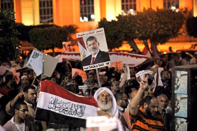 Tabăra susţinătorilor pro-Morsi, asaltată de forţele de securitate egiptene. 15 persoane au fost ucise