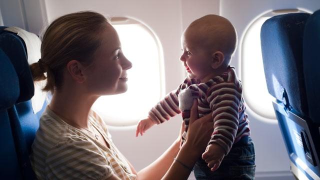 In avion cu bebelusul: 9 sfaturi utile