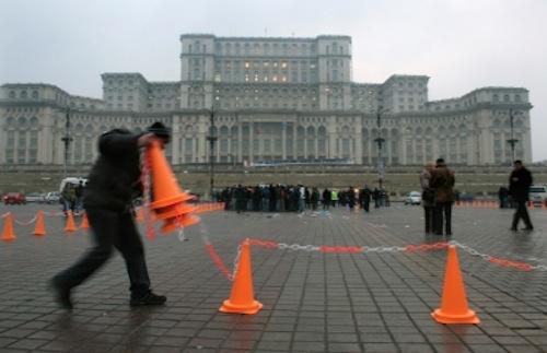 Restricţii rutiere în zona Pieţei Constituţiei cu prilejul concertului 'Roger Waters-The wall love'