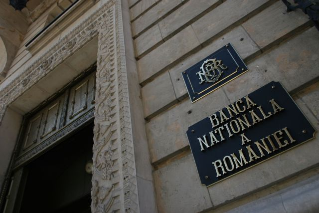 BNR o scaldă cu clauzele abuzive. Negocierile de culise cu FMI impun noi amânări ale legislației care protejează clienții băncilor