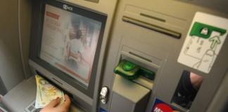Funcționari bancari, înlocuiți cu aparate. Românii folosesc tot mai mult ghișeele automate