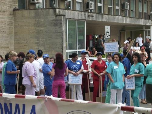 Peste 100 de medici protestează în fața Ministerului Sănătății