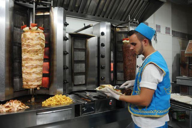 Mâncarea preferată a mii de români s-ar putea scumpi. Forfetarul lovește în shaorma!