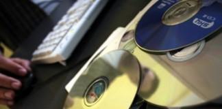 Poliția Română: Infractorii au furat bani din conturile celor care utilizează softuri fără licență