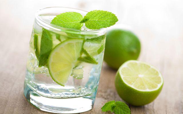 Pentru sănătatea ta, bea apă caldă cu lămâie!