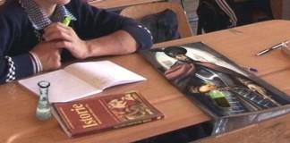 """În Găgăuzia a fost interzisă folosirea termenilor de limbă, literatură şi istorie română Adunarea Populară a Găgăuziei (legislativul) a decis în şedinţa de vineri să interzică pe teritoriul regiunii autonome termenii de """"Limba Română"""", """"Literatura Română"""" şi """"Istoria Română"""", redenumindu-le """"Limba și literatura moldovenească"""" și """"Istoria Moldovei"""". Autoritatea respectivă face trimitere la prevederile Constituției, potrivit cărora limba de stat în Republica Moldova este cea """"moldovenească"""", scrie portalul informațional din regiune gagauzinfo.md. """"În Constituție este scris clar — limba de stat a Moldovei este limba moldovenească. Noi nu putem studia istoria unui stat vecin. Noi trebuie să studiem istoria Moldovei și limba moldovenească"""", a declarat guvernatorul Găgăuziei, Mihail Formuzal. Adjunctul său, Nicolai Stoianov, a declarat că aceste modificări vor intra în vigoare de la 1 ianuarie 2014, dar, oricum, elevii vor studia din aceleași manuale, doar că denumirile obiectelor de studii vor fi schimbate. """"În registru va fi scris limba moldovenească, iar manualele vor rămâne cele românești"""", a precizat Stoianov. Interdicţia urmează să fie aplicată în toate instituţiile de stat, inclusiv în şcolile de pe teritoriul Unităţii Teritorial Administrative Găgăuzia, relatează PRO RV Chișinău. C.A."""