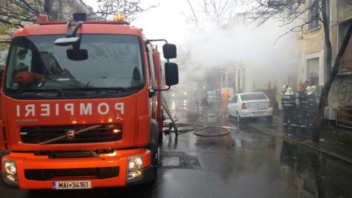Pe Calea Moșilor din Capitală are loc, joi dimineață, un incendiu la o clădire veche, nelocuită, traficul fiind oprit în zonă, anunță postul Digi 24. La fața locului intervin cinci mașini de pompieri, fiind prezente și două echipaje de ambulanță. Alex Militaru