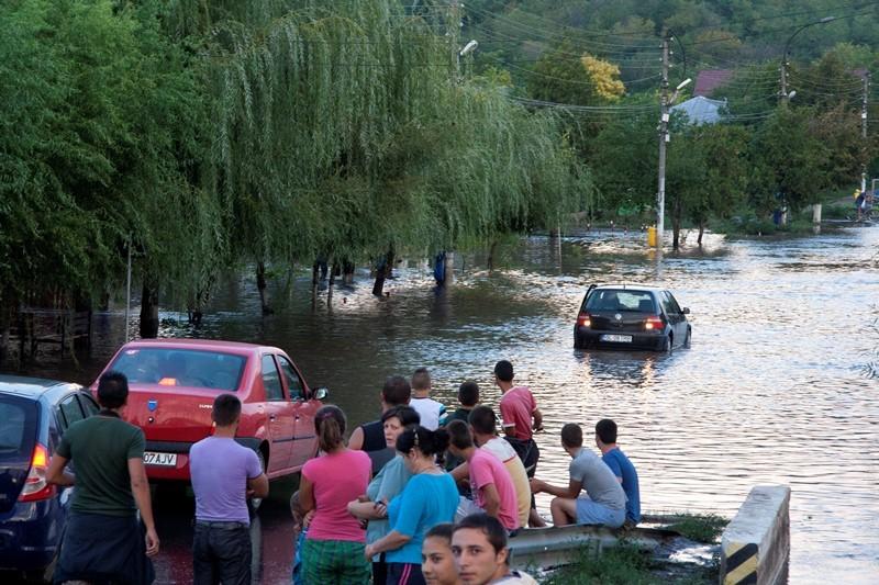 Inundatii, persoane evacuate, comunicat mai